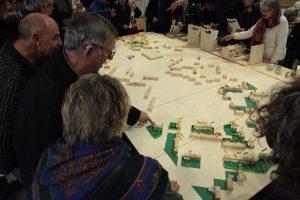 Le 31 mars dernier, Aquitanis et les architectes de l'équipe Construire autour de Nicole Concordet ont présenté aux locataires le projet de réhabilitation. Ils ont pu se repérer sur un des outils de ce projet, la maquette en bois sur laquelle est indiqué l'avancement des diagnostics.